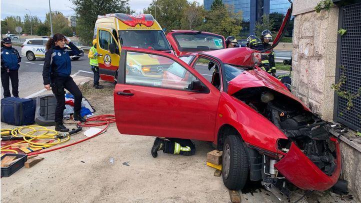 Los bomberos rescatan a un joven atrapado en su coche tras chocar contra un muro