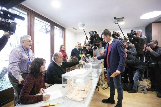 Pedro Sánchez votando esta mañana.