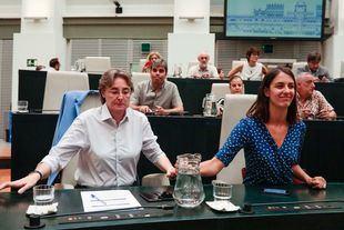 Marta Higueras y Rita Maestre, en el salón de Plenos de Cibeles.