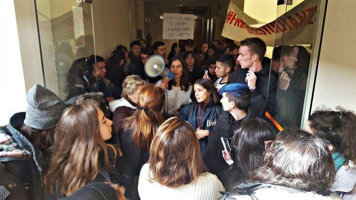 Jóvenes manifestándose en el interior de la Universidad Carlos III de Madrid contra un debate sobre la prostitución.
