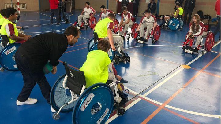 Alumnos del Colegio Areteia practicando el deporte inclusivo Foothand