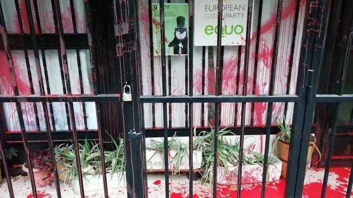 Rocían con pintura roja la sede de Equo en Madrid