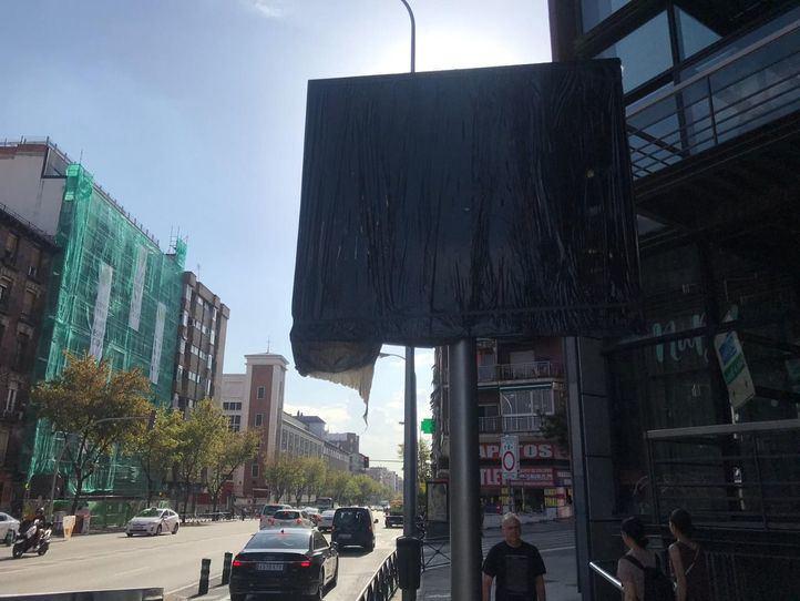 Una de las pantallas informativas de Madrid Central, instalada pero tapada. Situada frente al Reina Sofía.