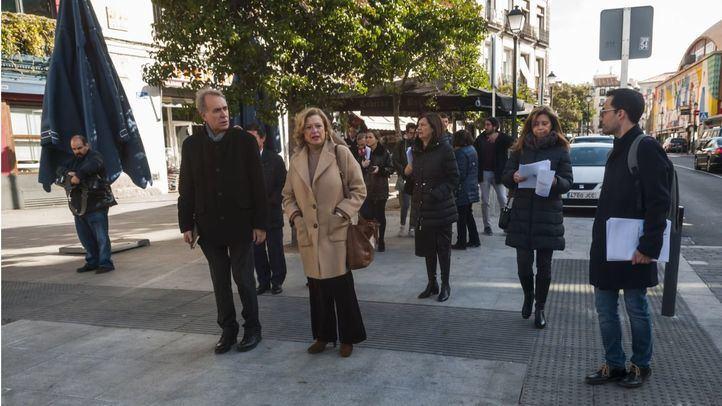 La delegada de Obras y Equipamientos, Paloma García Romero, visita la remodelación del Eje Centro, en La Latina.