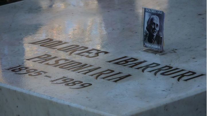 Tumba de Dolores Ibárruri, La Pasionaria, en el Cementerio de La Almudena