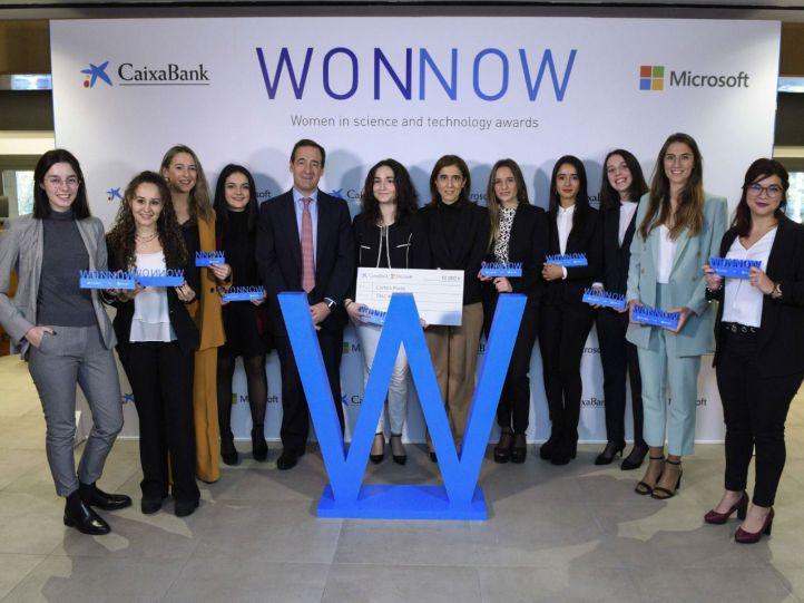 Las ganadoras de la segunda edición de los Premios WONNOW, con el consejero delegado de CaixaBank, Gonzalo Gortázar, y la presidenta de Microsoft España, Pilar López.