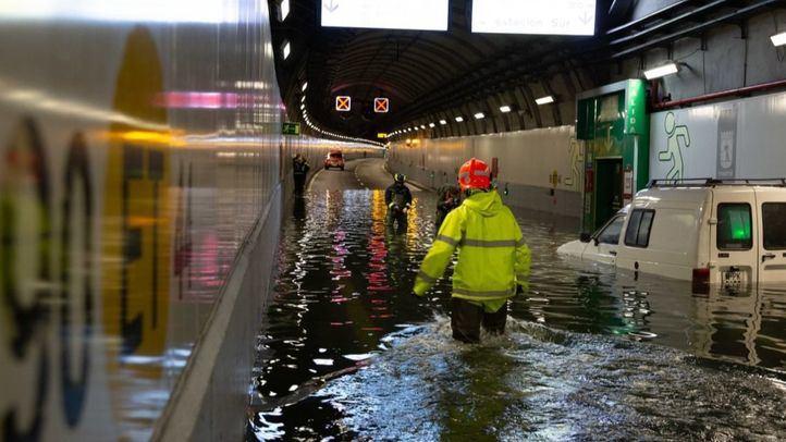 Un simulacro en la M-30 inunda el túnel de Embajadores y deja tres vehículos atrapados