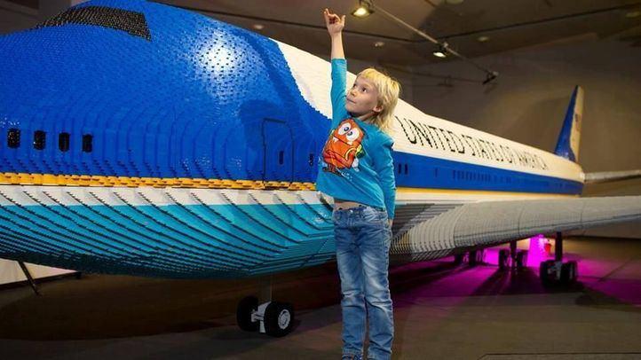 El avión de Lego más grande aterriza en la capital