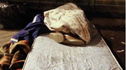 Personas sin hogar durmiendo en la calle