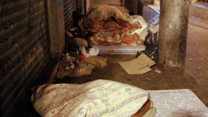 Indigentes durmiendo en la calle.