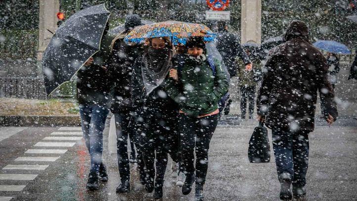 Gran nevada en Madrid que ha causado problemas en la circulación de vehículos y de personas.