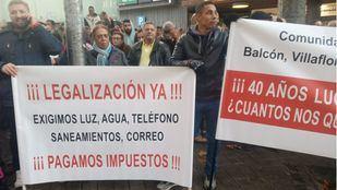 Vecinos de Mejorada del Campo protestan frente a la Asamblea de Madrid por la regularización de sus viviendas