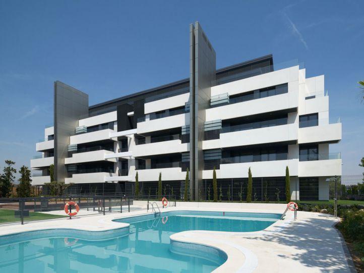 Edificio acabado de la promoción Terrazas de los Fresnos I de AEDAS Homes en Boadilla del Monte.
