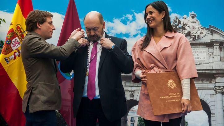 José Luis Martínez-Almeida, alcalde, impone la distinción de Cronista de la Villa a Constantino Mediavilla, a quien acompaña la vicealcaldesa Begoña Villacís.