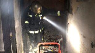 Los bomberos inspeccionan la vivienda calcinada