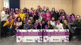 Los trabajadores de Clece Servicios Sociales participan en un acto para condenar la violencia de género.