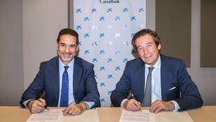 El director ejecutivo de Banca de Empresas de CaixaBank, Luis Cabanas, y el presidente de la Fundación ASPRIMA, Juan Antonio Gómez-Pintado, han firmado la renovación del acuerdo de colaboración entre ambas entidades,