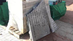Las placas del memorial de La Almudena, destruidas.