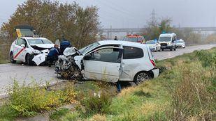 Imagen de la colisión entre un taxi y un coche particular en la carretera de Vicálvaro