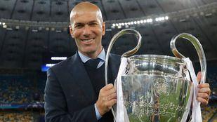 Zinédine Zidane, con la decimotercera Champions del Real Madrid, en una foto de archivo.