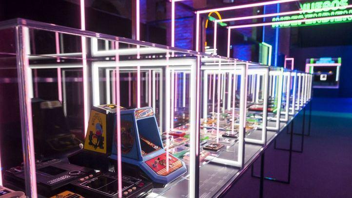 Consolas y videojuegos antiguos, expuestos en la muestra.
