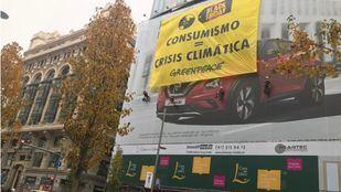 Greenpeace despliega una gran pancarta en Gran Vía contra el Black Friday