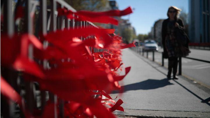 La acción 'Yonomeolvido' llenó de lazos rojos la ciudad de Madrid en marzo para concienciar a los partidos políticos de que el VIH 'no debe olvidarse'.