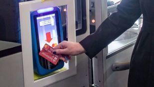 Momento en el que un viajero paga el billete sencillo con una tarjeta.