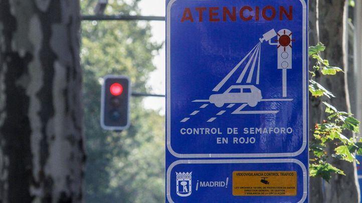 Semáforo con control Foto-Rojo en la calle Alberto Aguilera.