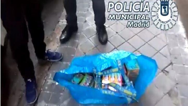 Captura de pantalla de un vídeo de la Policía Municipal en el momento de la incautación de los artículos pirotécnicos