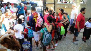 Niños y padres a la entrada del colegio publico Capitán Cortes de Carabanchel.