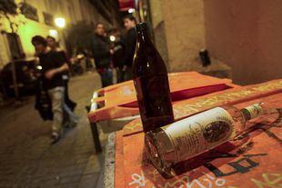 Alcohol encima de un cubo de basura en Malasaña.