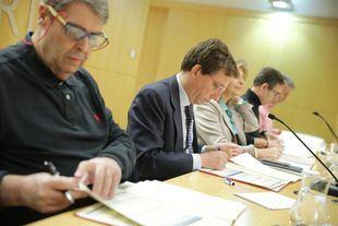 El alcalde, José Luis Martínez-Almeida, firma con los sindicatos la Oferta de Empleo Público para 2019.