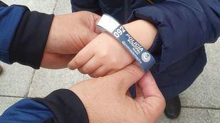 Una de las 10.000 pulseras que el Ayuntamiento repartirá para evitar la pérdida de niños en Navidad.