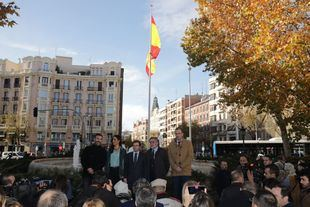 El Ayuntamiento instala una bandera de España en Chamberí. Al acto han acudido José Luis Martínez-Almeida, alcalde; Begoña Villacís, vicealcaldesa; Nacho Murgui, de Más Madrid; Pepu Hernández, del PSOE; y Javier Ortega Smith, de Vox.