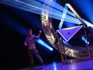 El mago Yunke en plena actuación de su nuevo espectáculo, Hangar 52