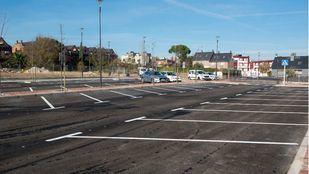 El aparcamiento consta de 130 plazas tanto en línea como en batería.