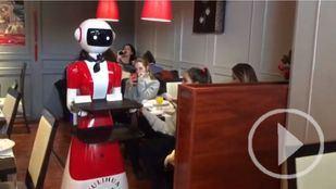 Un robot camarero que