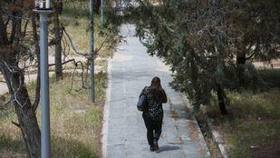 Mujer caminando por Moncloa