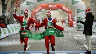 Miles de Papás Noeles y elfos corren por Madrid despertando el espíritu navideño