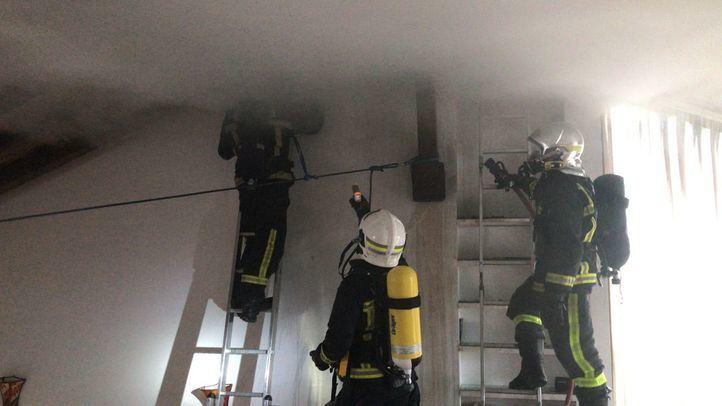 Varias dotaciones de Bomberos controlan un incendio en una chimenea