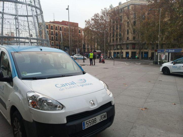 Arganzuela continúa sin agua por la rotura de una tubería en Atocha