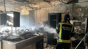 Un bombero sofoca el incendio.