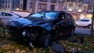 El vehículo VTC, con el frontal destrozado tras el choque.