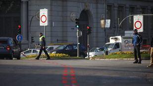 Un agente de movilidad y un policía municipal, en la entrada de Madrid Central.