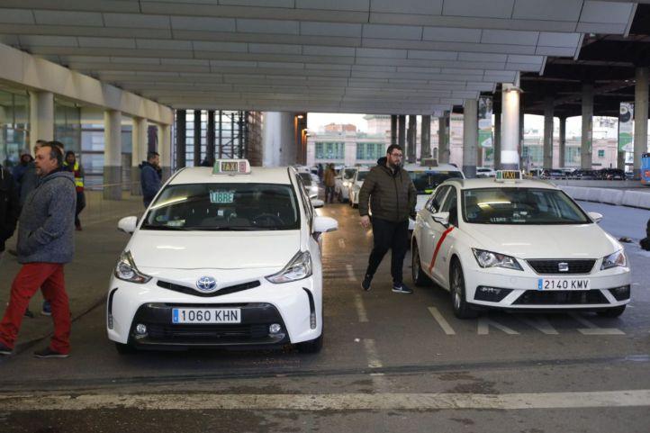 Almeida propone la precontratación del taxi y una tarifa 'ecológica'