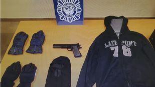 El detenido usó una pistola simulada para cometer los atracos.