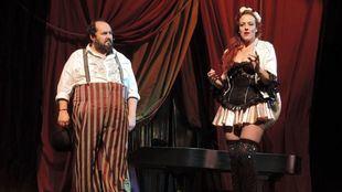 Cifuentes y Lanza en un momento de la representación.