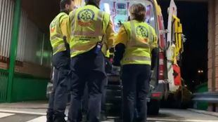 Los servicios de emergencias atienden al hombre herido por arma blanca.