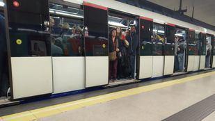 Aglomeración de viajeros en el Metro de Madrid.